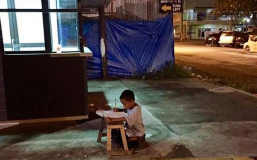 Fotografado estudando na rua, garoto filipino recebe enxurrada de doações